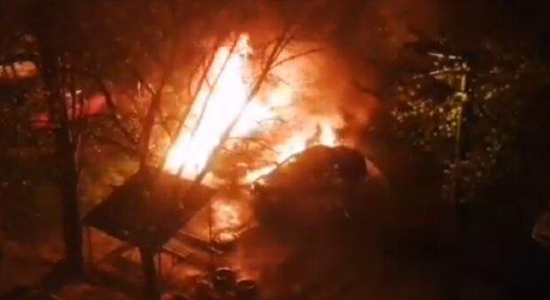 Мощный пожар вспыхнул в Одессе, уничтожены автомобили: кадры ЧП
