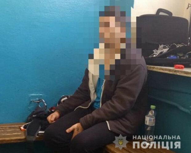 Мужчина решил проехаться в метро с запретными веществами, фото: срочно съехалась полиция