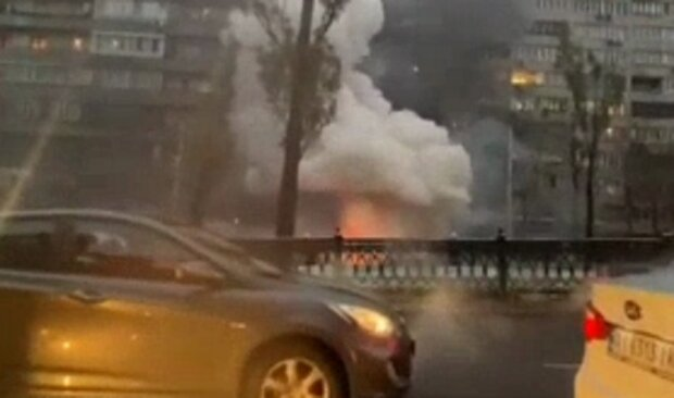 Машина воспламенела в центре Киева прямо на дороге, поднялся густой дым: кадры ЧП
