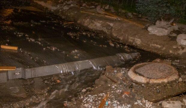 """В Днепре прорвало канализацию, вода добегает до Набережной, видео: """"Вонь несусветная"""""""
