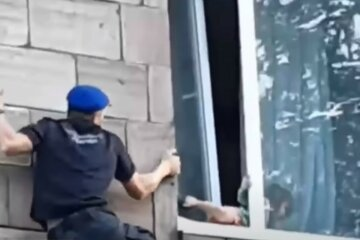 3-річна дівчинка пішла шукати маму через відкрите вікно: кадри НП в Запоріжжі