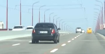 "В Днепре вандалы добрались до Нового моста, фото: ""Испаскудили 36 опор"""