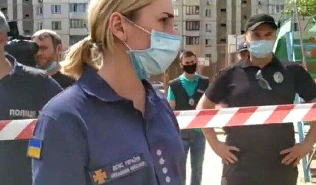 """Рятувальників звинуватили у мародерстві після вибуху багатоповерхівки на Позняках: """"Вийди з моєї квартири"""""""