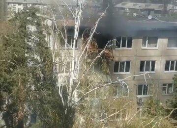 Мощный пожар охватил жилой дом в Киеве, есть пострадавшие: кадры ЧП