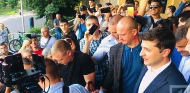 """Зеленський змусив уболівальників чекати початок матчу майже годину: президенту """"дісталося"""" від фанатів, відео ганьби"""