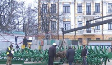 В Киеве устанавливают главную елку страны: как будет выглядеть новогодняя красавица, кадры