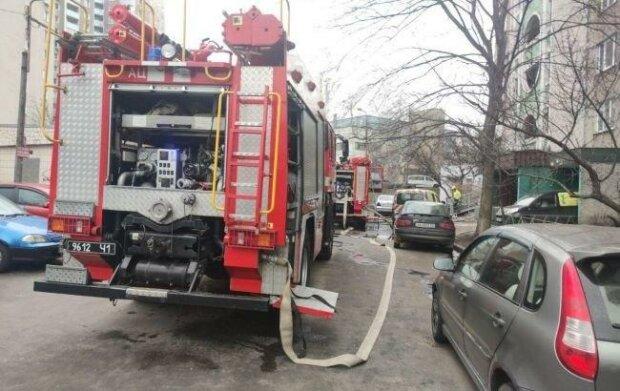 Потужний вибух прогримів в багатоповерхівці Києва, рятують поранених: фото та перші подробиці
