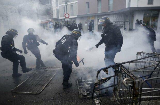 Против Ле Пен: первые кадры массовой драки активистов с полицией — видео