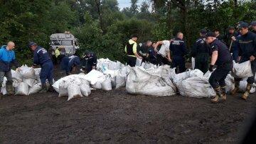 В Україні прорвало дамбу, стягують Нацгвардію, людей терміново вивозять: які райони під ударом