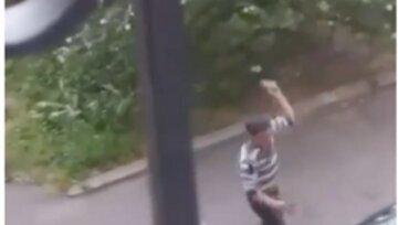 В Одесі неадекват трощив авто камінням і кидався на перехожих: фото бешкетника