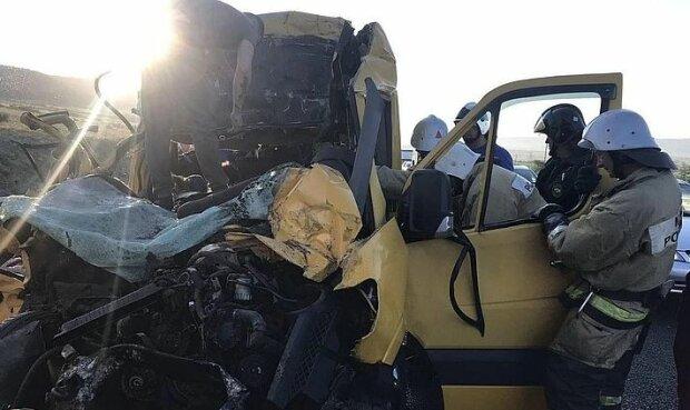 """Автобус з людьми розбився в Криму, деталі і кадри з місця страшної ДТП: """"Водій заснув, і..."""""""