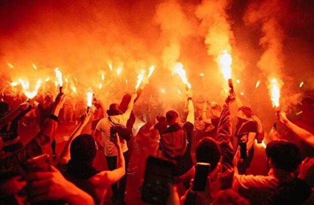 """""""Побоїще і пожежа"""": у мережу злили кадри хаосу на концерті популярного співака, фанати не витримали"""
