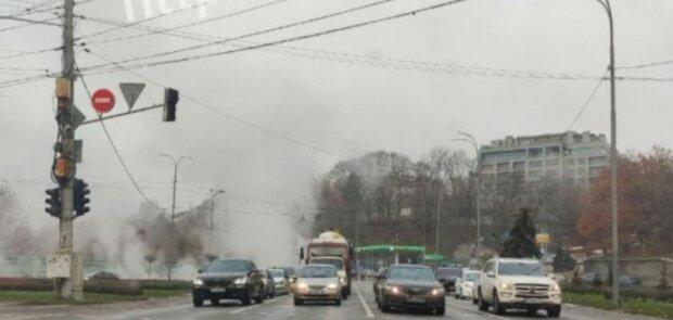 В Киеве возле моста Патона снова прорвало теплотрассу (фото)