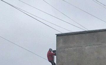 """""""Слабоумие и отвага"""": в Харькове мужчина вылез на 12-й этаж без страховки, кадры безумия"""