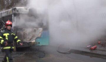 Автобус с людьми вспыхнул посреди города, слетелись десятки спасателей: детали и кадры с места ЧП