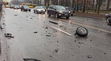 В Киеве скорая попала в серьезное ДТП: машину медиков отбросило в забор, кадры с места аварии
