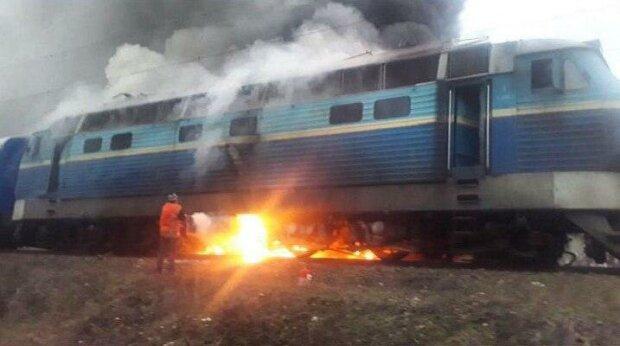 Поїзд з пасажирам загорівся на шляху до Києва, чорний дим до неба: кадри пекельної НП