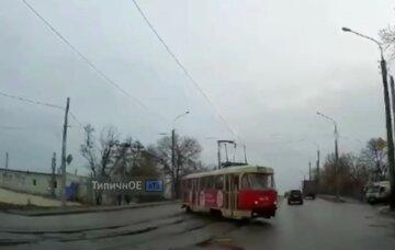 """Трамвай на повному ходу """"злетів"""" з рейок, момент потрапив на відео: """"відлетів прямо в..."""""""