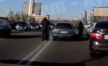 """У Києві водії вирішили """"розім'ятися"""" в пробці і влаштували бійку посеред дороги: """"бій"""" потрапив на відео"""
