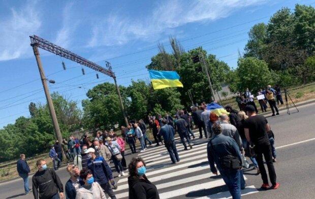 """Голодний бунт спалахнув під Одесою, траса перекрита: """"Наші діти хочуть їсти"""", фото"""