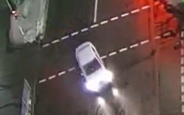 """В Киеве таксист сбил человека, кадры с места аварии: """"пешеход переходил на зеленый свет"""""""