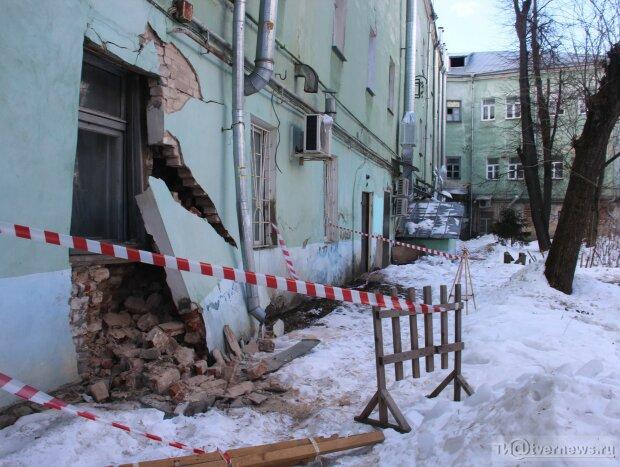 «Суперклеєм треба»: як могутньої Росії лагодять будинку скотчем, кадри ганьби