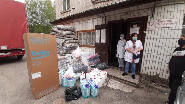 Медведчук з Оксаною Марченко передали меддопомогу лікарням на Одещині, яких влада кинула напризволяще