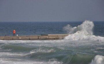 Впала у воду з пірсу: на пляжі в Одесі сталася НП, небайдужі зробили все можливе