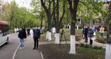 """""""Закрытый гроб и люди на расстоянии"""": врача-жертву вируса провели в последний путь на Одесчине, видео"""