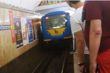 НП в метро Києва, рух поїздів зупинено: перші подробиці
