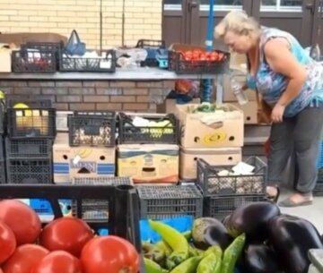 "Продавец плевала на овощи на рынке Запорожья, кадры: ""Зато свежак!"""