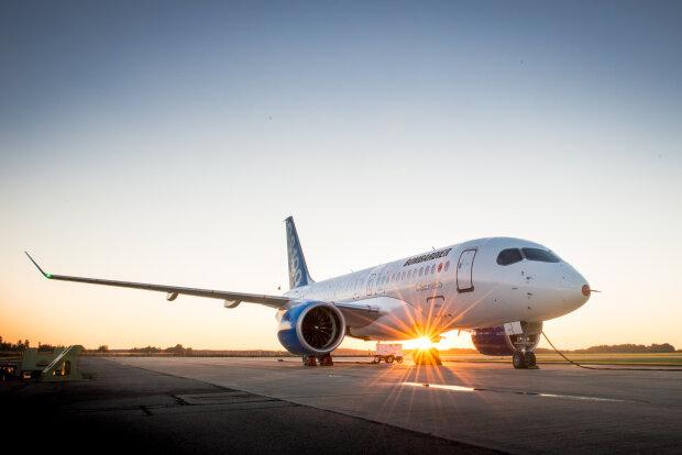Сдуло ветром: небывалая стихия в столице снесла самолет прямо с пассажирами на борту