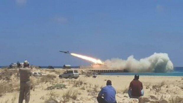 """Военный корабль РФ едва не подбил сам себя, видео: """"Упала совсем рядом с..."""""""