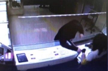 """Под Киевом """"обчистили"""" ювелирный магазин: момент дерзкого ограбления попал на видео"""