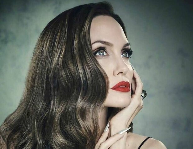 """Джоли похвасталась пышным бюстом в новом образе: """"Прямо не узнать"""", в сеть слили фото"""