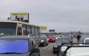 """Протесты разгорелись на """"7 километре"""", из-за перекрытой дороги образовалась огромная пробка: кадры с места событий"""