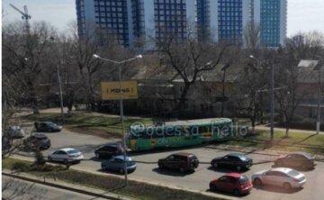 Трамвай зійшов з рейок і різко вискочив на дорогу: відео аварії біля площі в Одесі