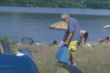 Иностранец не стерпел бардака на украинском пляже и принялся за уборку: собирает мусор каждое утро