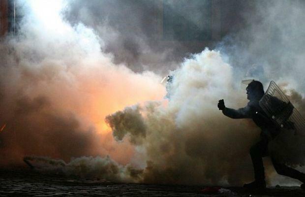 Дим, протест, натовп, поліція