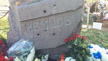 Немцов памятник