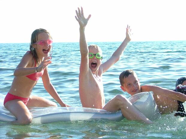 дети купаются речка река море отдых