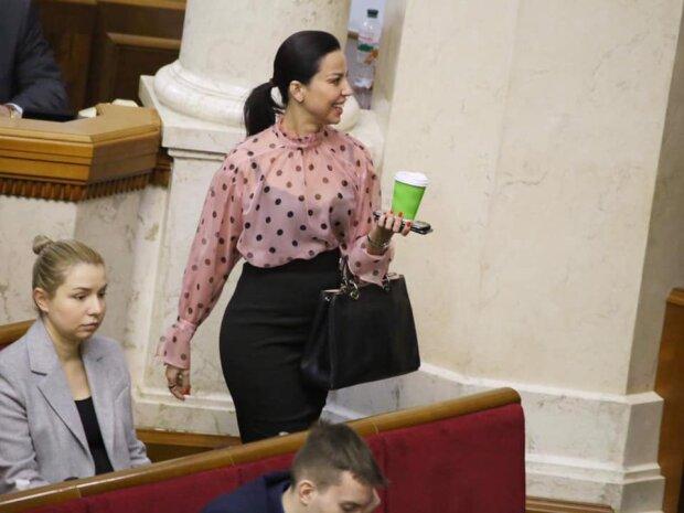 Слуга народа засветила лишнее в прозрачной блузке, скандальные кадры облетели сеть: «по-богатому»