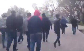 Іноземці затіяли бійку на автозаправці під Одесою, є жертви: кадри і деталі від поліції