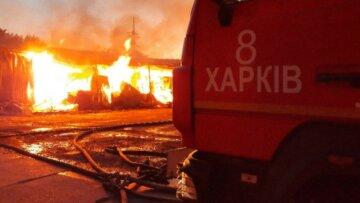 Масштабный пожар разгорелся в Харькове, на помощь брошен целый поезд: кадры ЧП