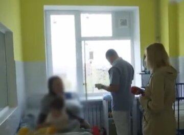 Півдня в черзі з хворою дитиною: одесити скаржаться на хаос в дитячій лікарні