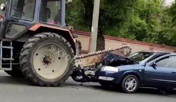 В Одесі біля кладовища автомобіль розрізало пилкою трактора: відео інциденту