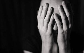 плачет, женщина прикрыла лицо руками