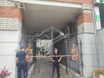 Взрыв прогремел во дворе многоэтажного дома в Днепре, фото: внутри авто был человек