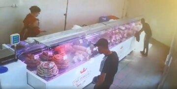 У Харкові серед білого дня пограбували працівницю магазину: свавілля потрапило на відео