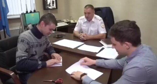 Полицейские жестко поплатились за неудачную шутку: скандальные кадры попали в сеть